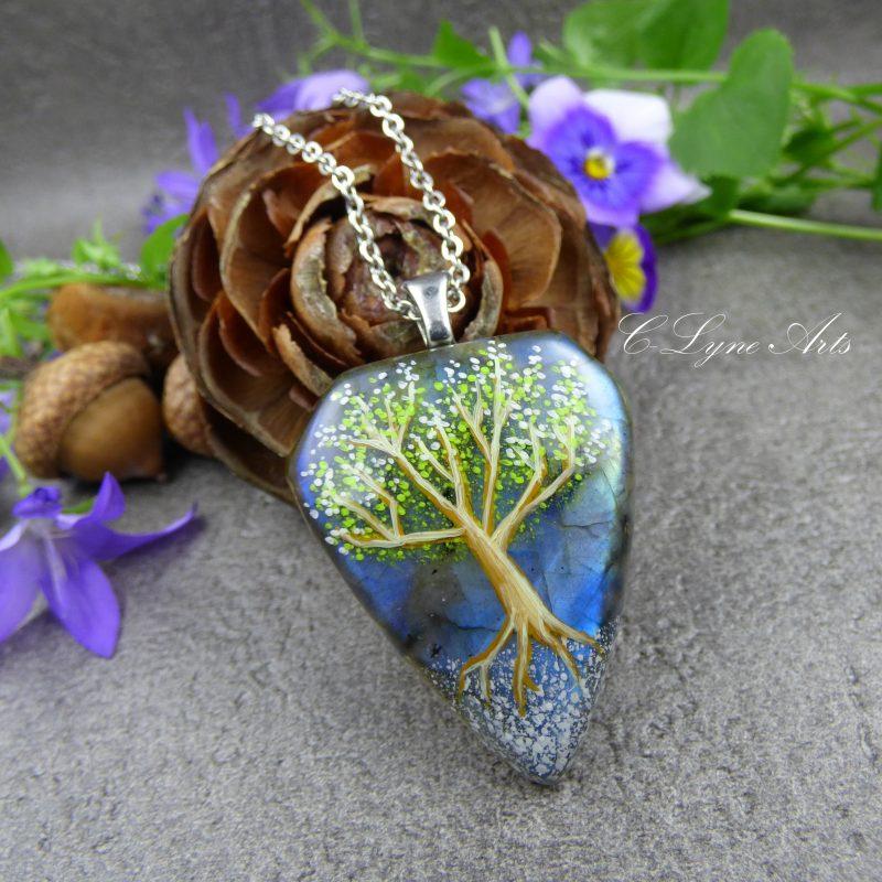 pendentif en labradorite avec arbre féerique peint à la main