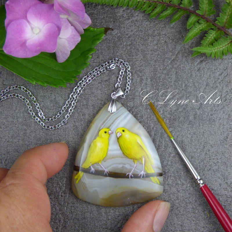 pendentif avec canaris peints sur une pierre d'agate naturelle