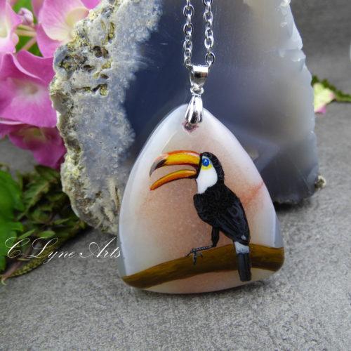 Pendentif toucan en pierre naturelle d'agate, illustration peinte à la main