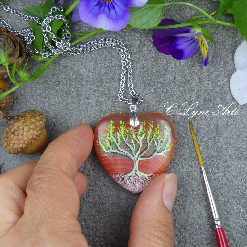 bijou poétique en agate, pierre naturelle, arbre de vie peint à la main sur une pierre