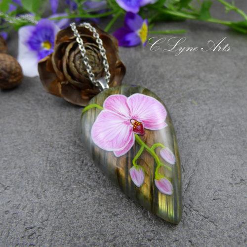 pendentif en labradorite avec orchidée peinte à la main