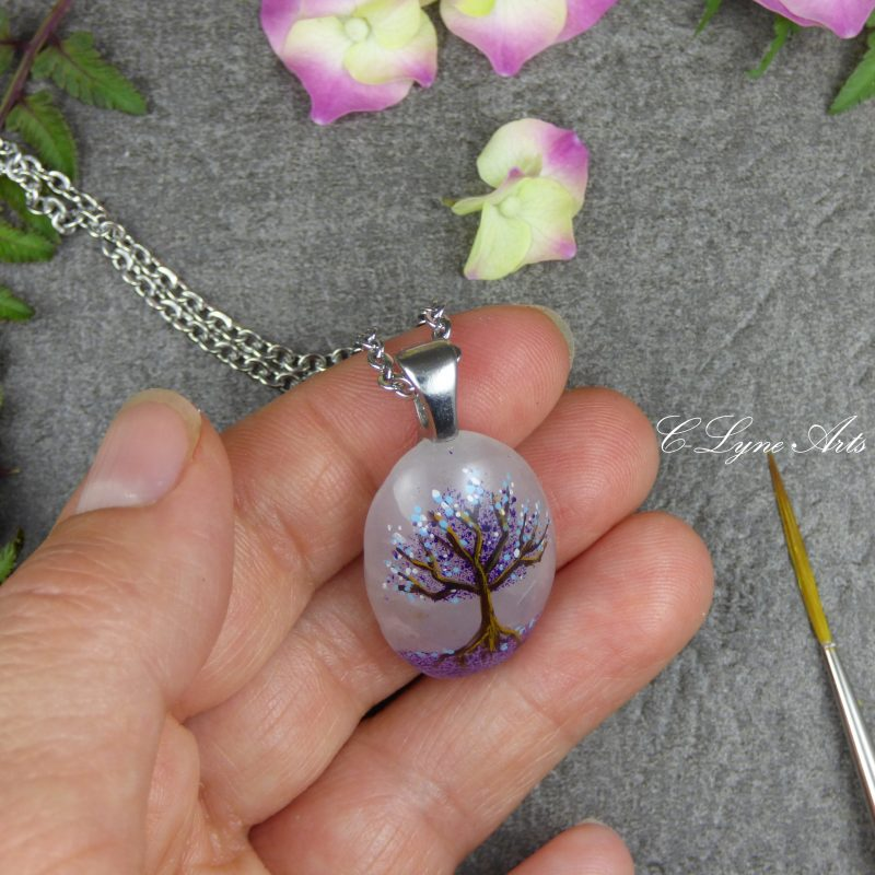 bijou poétique en quartz rose, pierre naturelle, arbre de vie peint à la main sur une pierre