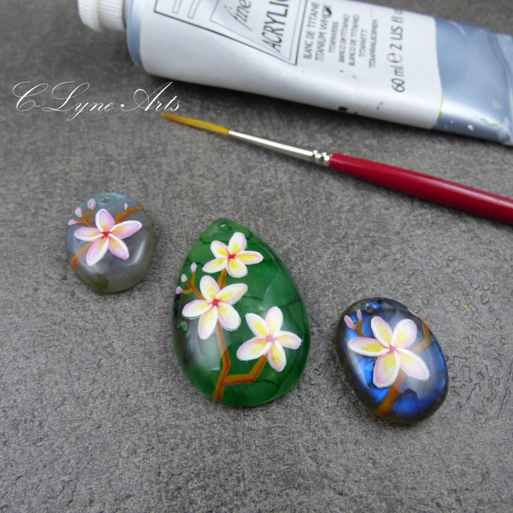 pendentifs fleurs exotiques peintes à la main sur des pierres naturelles