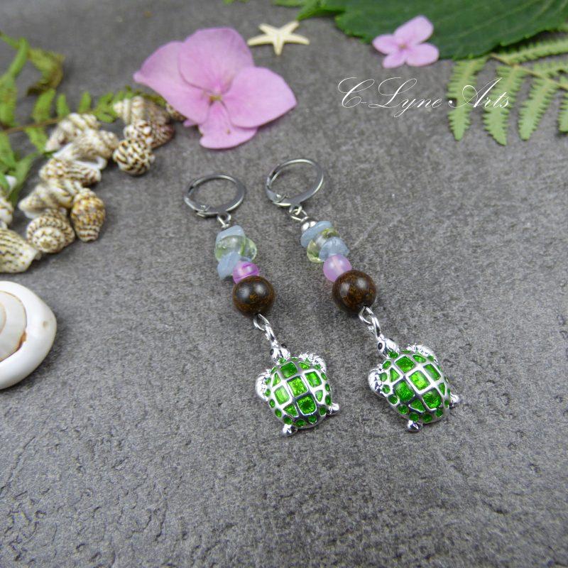 boucles d'oreilles en perles naturelles, bronzite, pyrite, agate, avec breloque tortue
