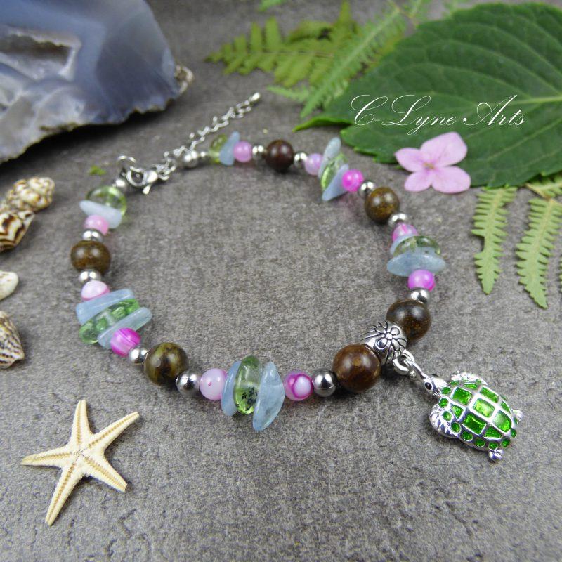 BRACELET en perles naturelles, bronzite, pyrite, agate, avec breloque tortue