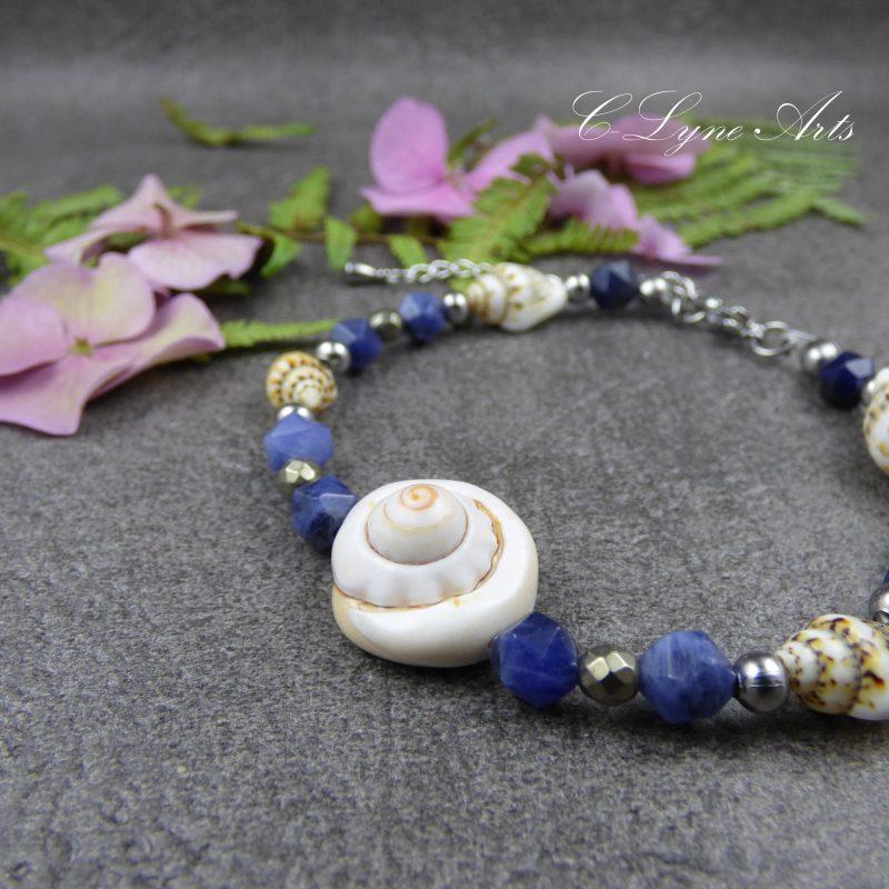 bracelet en perles de sodalite, pyrite et coquillages naturels