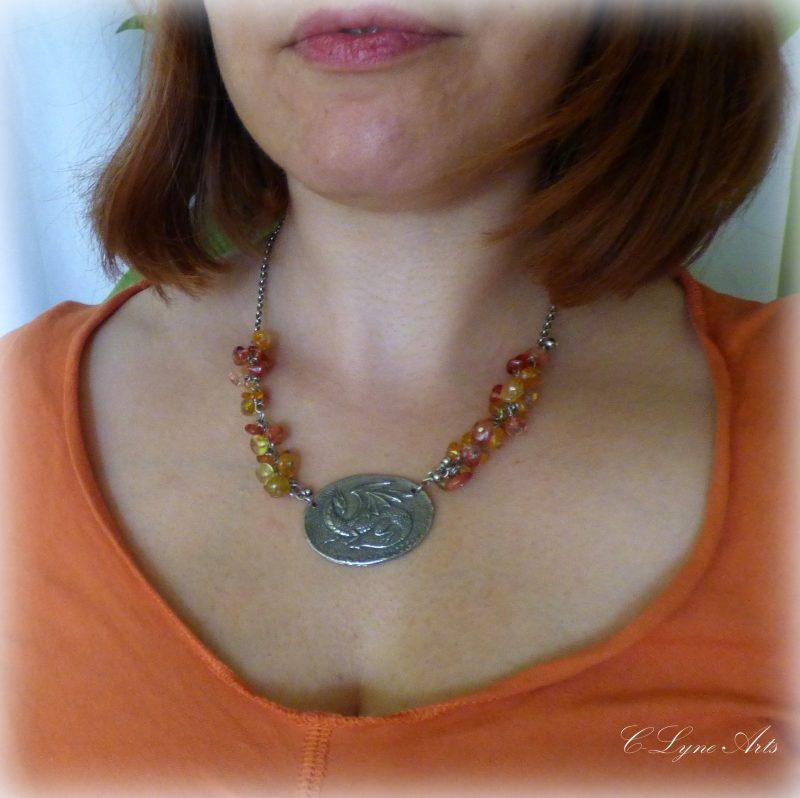 femme portant un pendentif avec un dragon en étain, perles naturelles