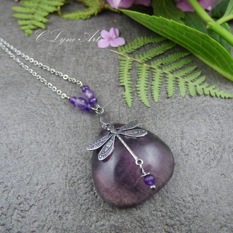 Pendentif en fluorite violette avec libellule ouvragée en laiton
