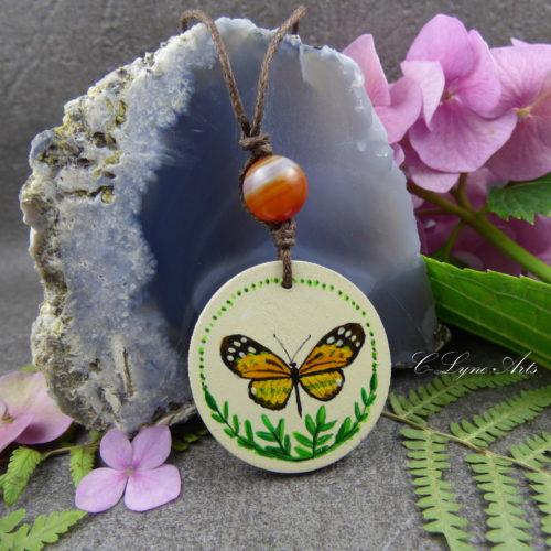 femme avec pendentif en bois papillon peint à la main, perle d'agate