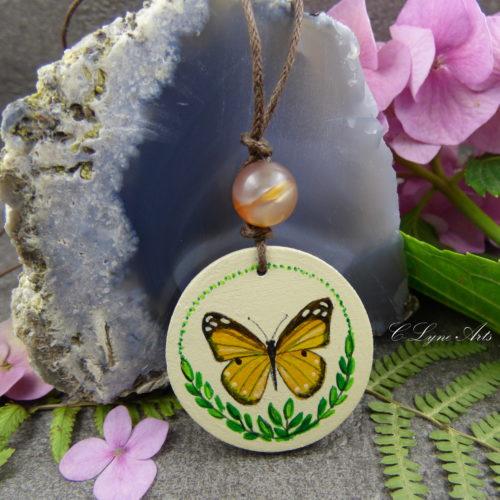 pendentif en bois avec un papillon peint à la main, perle d'agate