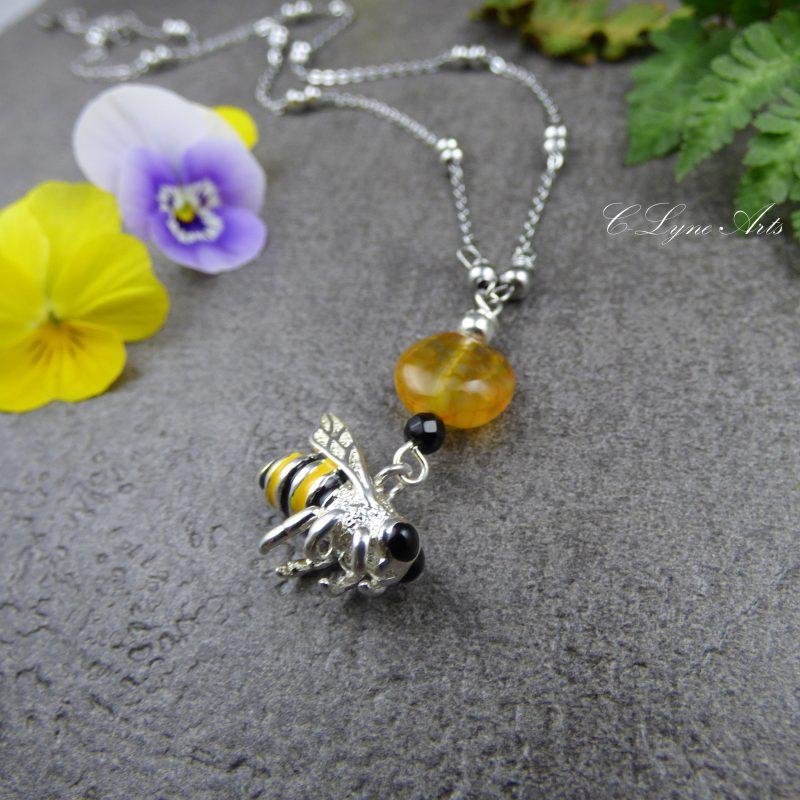pendentif inspiré de la nature avec abeille et perles naturelles