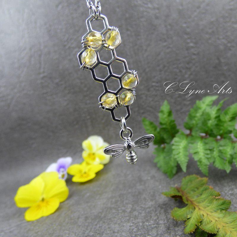 pendentif inspiré de la nature avec abeille, citrine et alvéoles de ruche