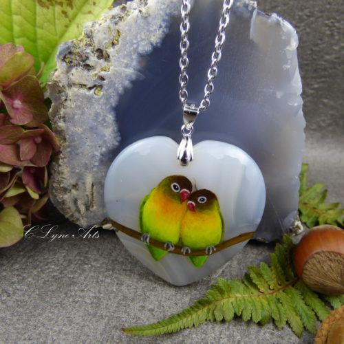 pendentif en agate naturelle, forme coeur, oiseaux inséparables peints à la main