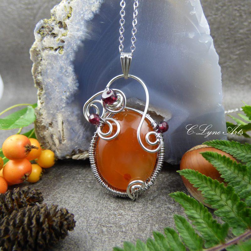 pendentif elfique wire wrapping en pierre de cornaline et grenat