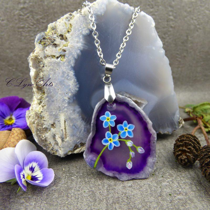 pendentif nature en agate silice viiolette avec fleurs de myosotis peintes à la main