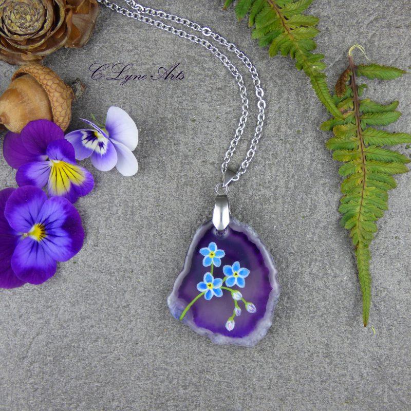 pendentif nature en agate silice avec fleurs de myosotis peintes à la main
