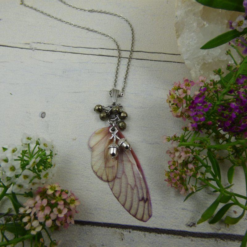 pendentif aux ailes de fée et perles de pyrite, breloques glands