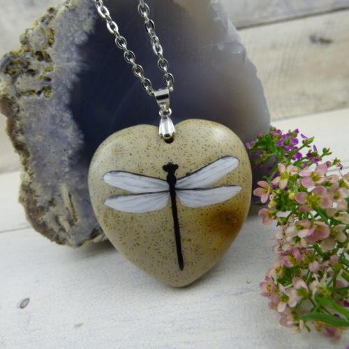 Pendentif avec libellule peinte à la main sur une pierre naturelle de corail fossile, bijou féerique