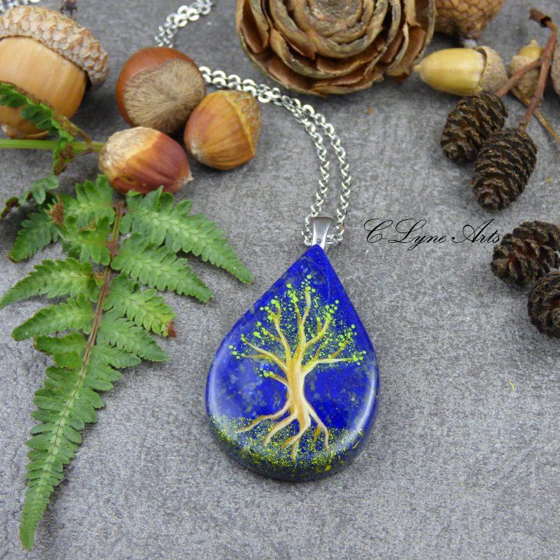 Pendentif en lapis lazuli, arbre yggdarsil peint à la main, création française