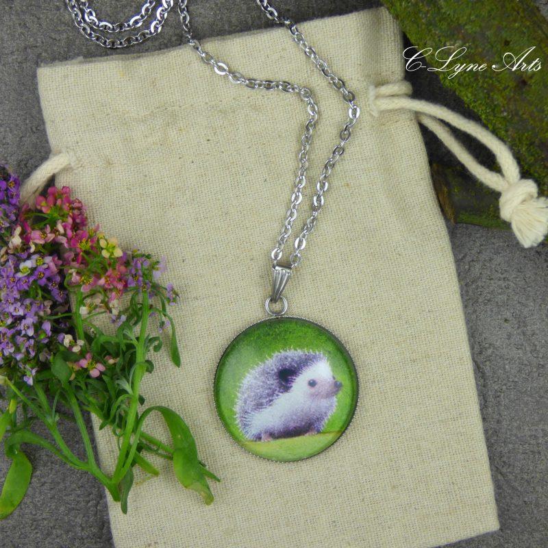 pendentif illustré par une peinture de hérisson, cabochon en verre