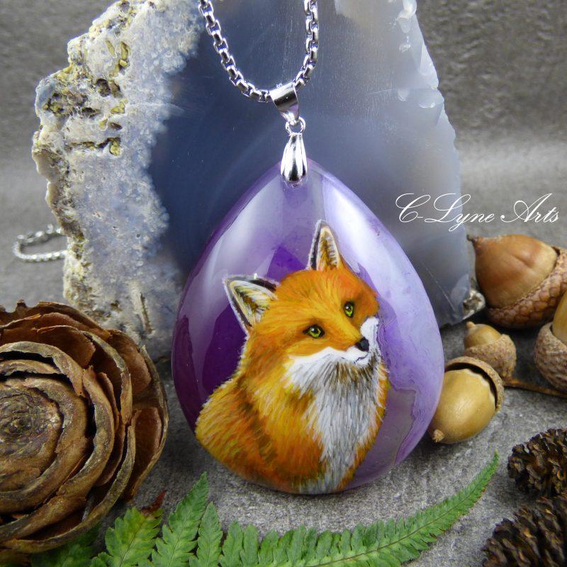 Pendentif avec un renard peint à la main sur une pierre d'agate violette, peinture animalière