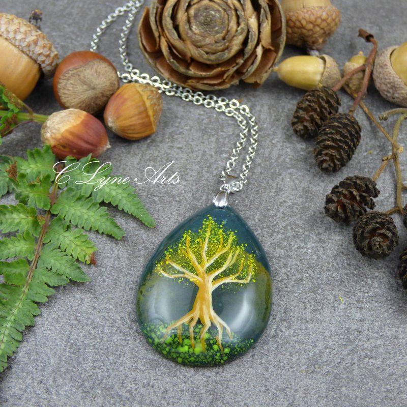 pendentif avec un arbre féerique peint à la main sur une pierre naturelle d'agate mousse