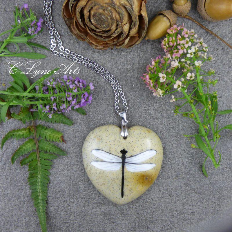 pendentif libellule peinte sur pierre