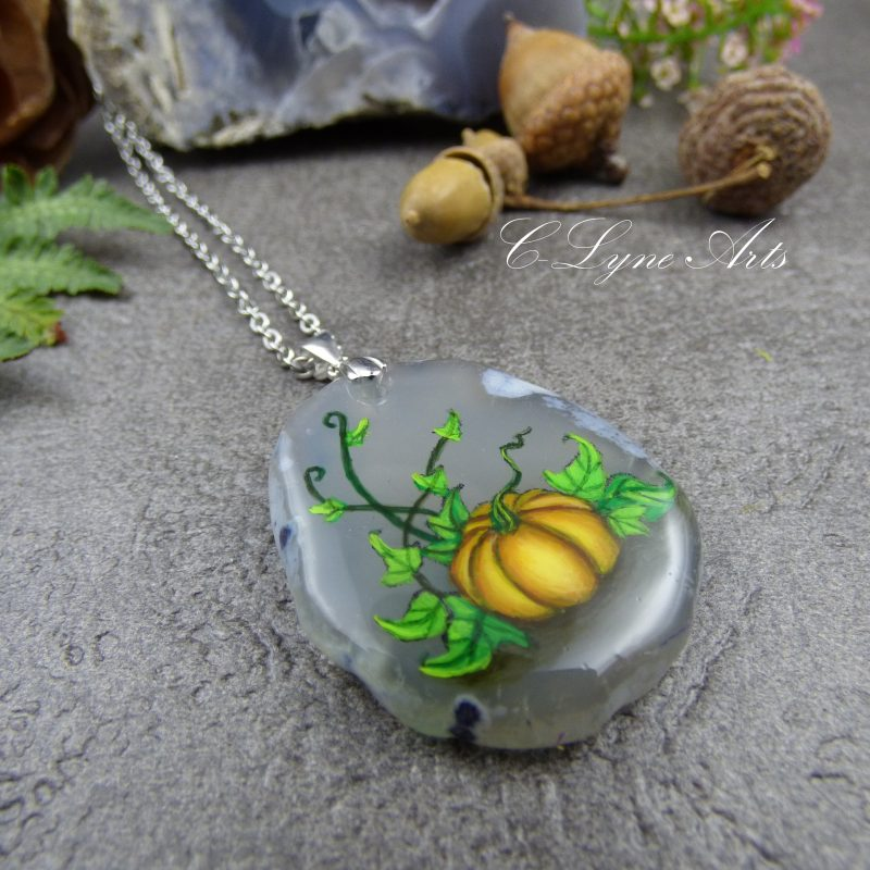 Pendentif avec citrouille peinte à la main sur une pierre d'agate silice, bijou inspiré de la nature