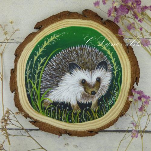 tableau hérisson peint à la main sur une tranche de bois d'érable