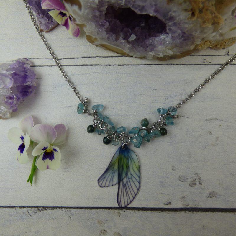 Pendentif féerique artisanal aux ailes de fées bleus perles d'agate mousse et apatite