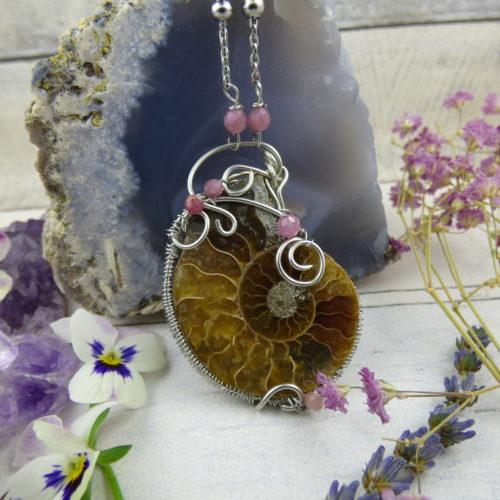 Pendentif wire wrapping médiéval elfique avec ammonite sertie dans des fils de cuivre