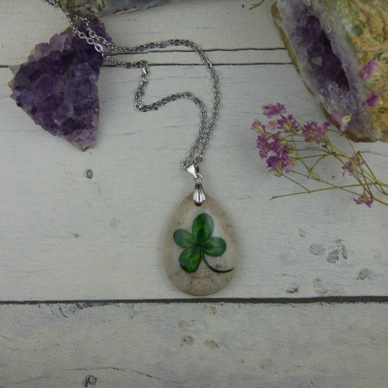 pendentif porte bonheur avec trèfle à quatres feuilles peint sur pierre