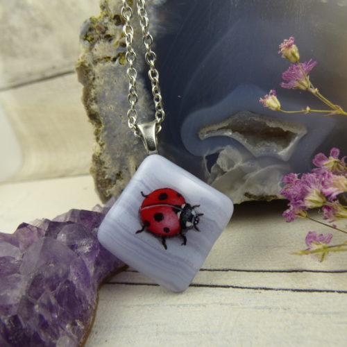 Pendentif avec coccinelle peinte à la main sur une pierre d'agate dentelle