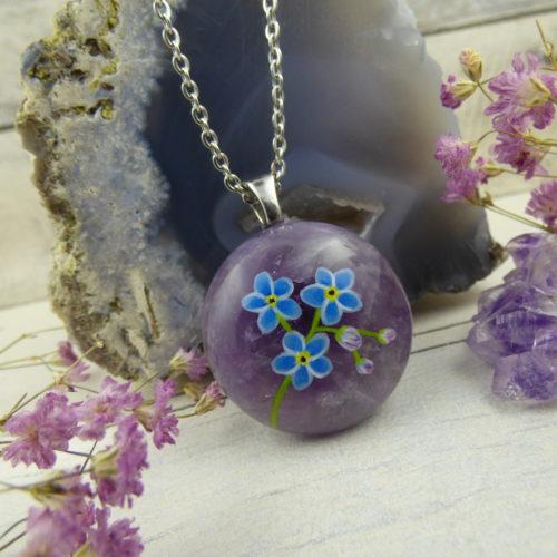 bijou en améthyste avec fleurs de myosotis peintes à la main
