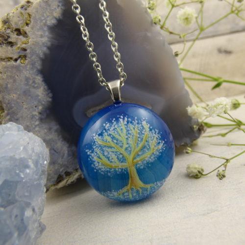 bijou unique avec arbre féerique peint à la main sur une pierre d'agate bleuté