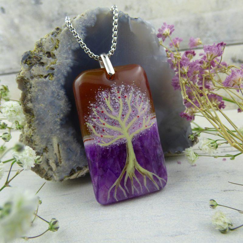 pendentif en agate teintée avec arbre de vie féerique