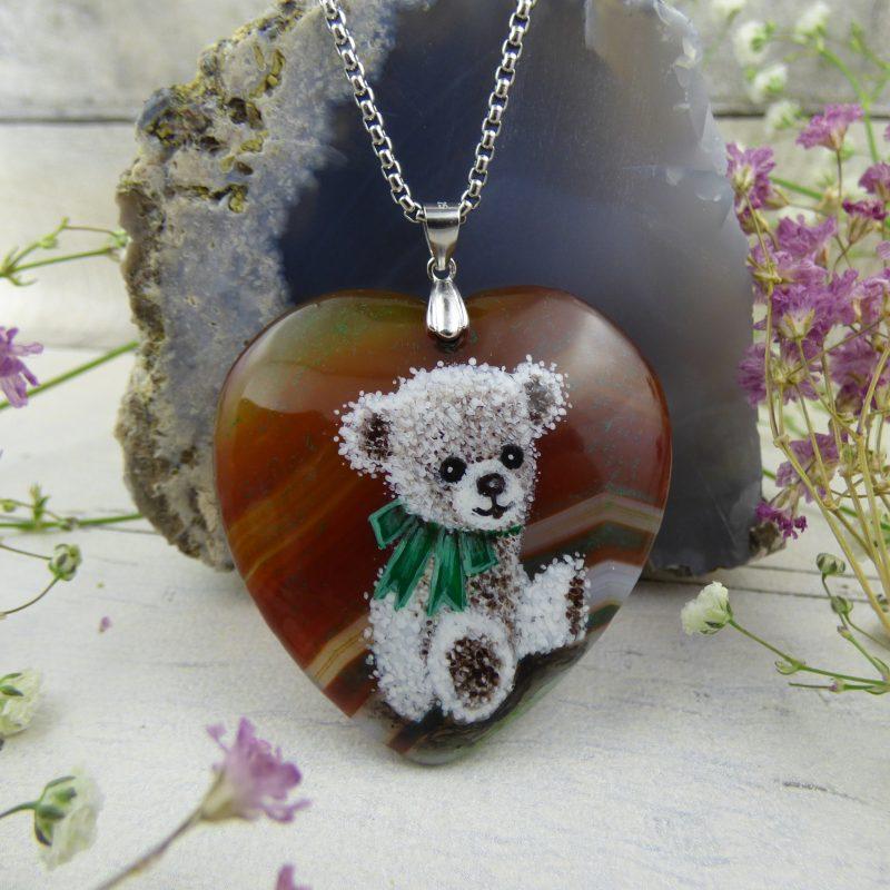 pendentif en coeur d'agate avec ourson peint à la main