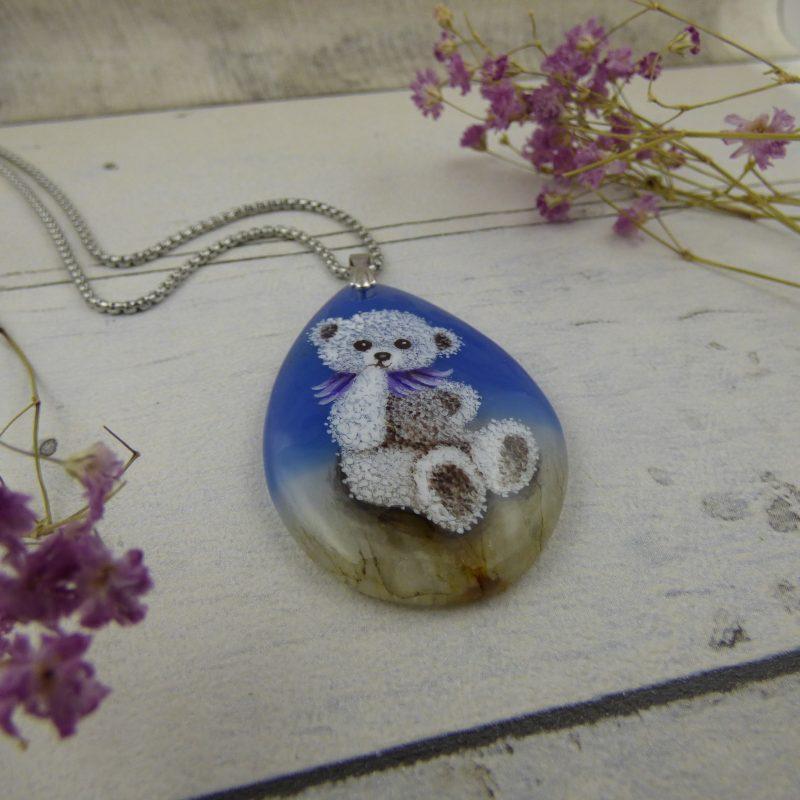 pendentif avec nounours peint sur une pierre d'agate bleue