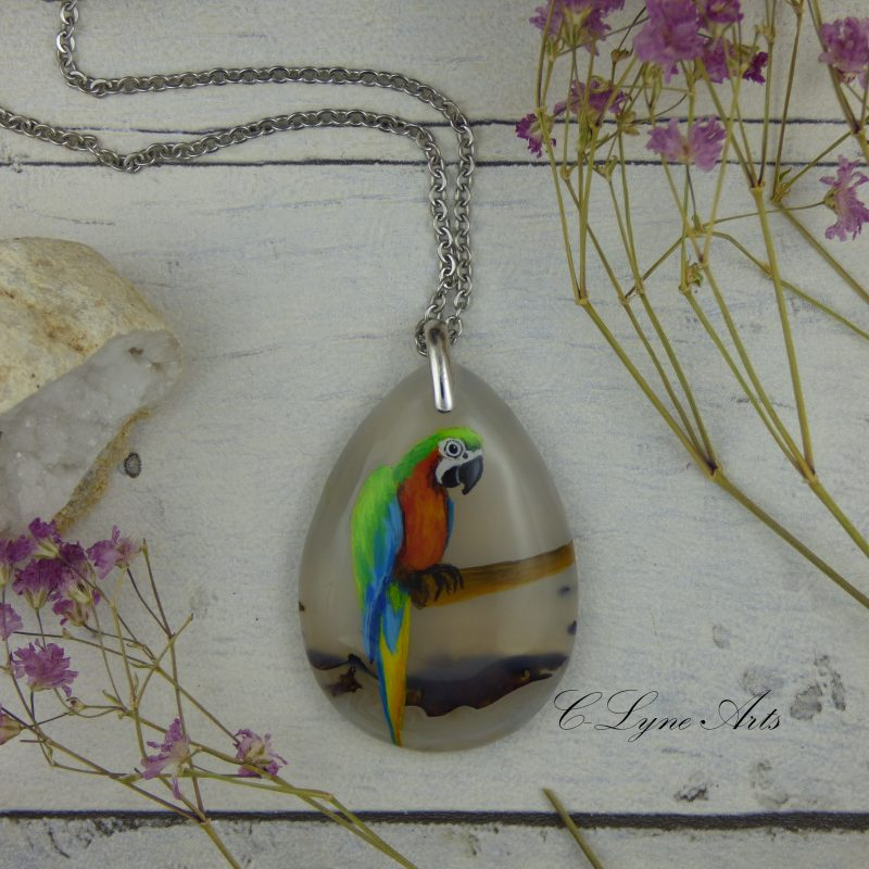 Pendentif en agate avec un ara peint à la main, pièce unique