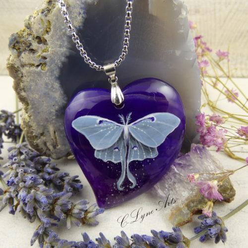 pendentif avec papillon lune peint à la main sur une pierre d'agate violette