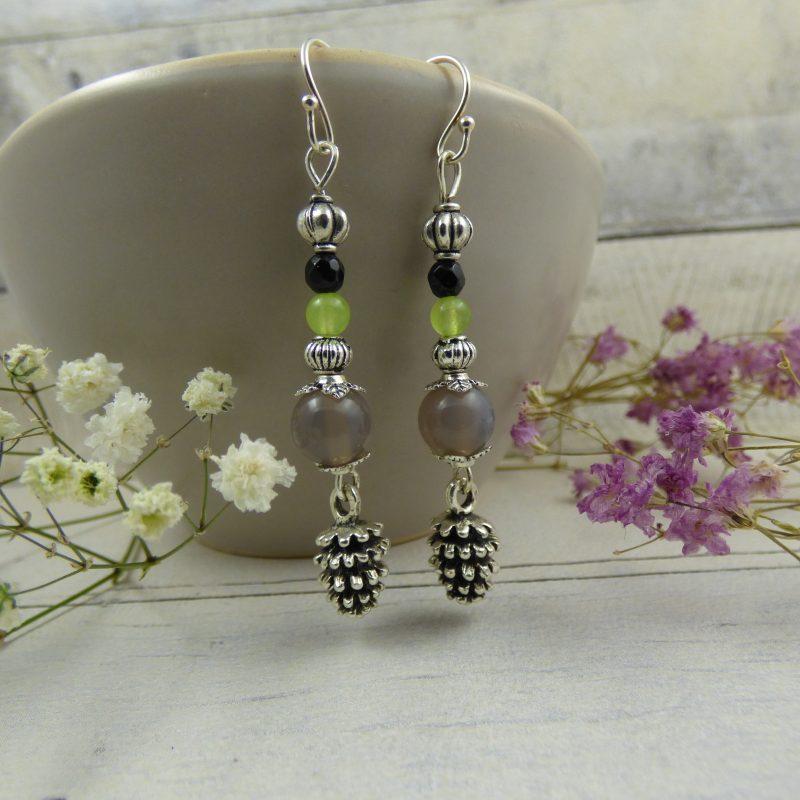 boucles d'oreilles en perles d'agate et breloques pommes de pin