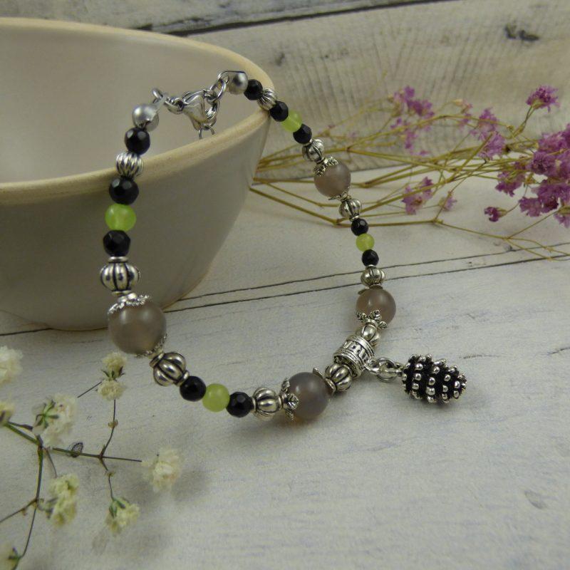 bracelet en perles d'agate et breloque pomme de pin
