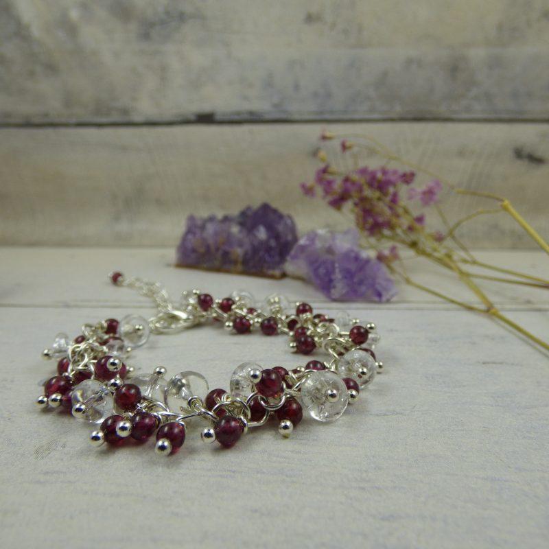 Bracelet artisanal en perles de grenat et cristal de roche craquelé