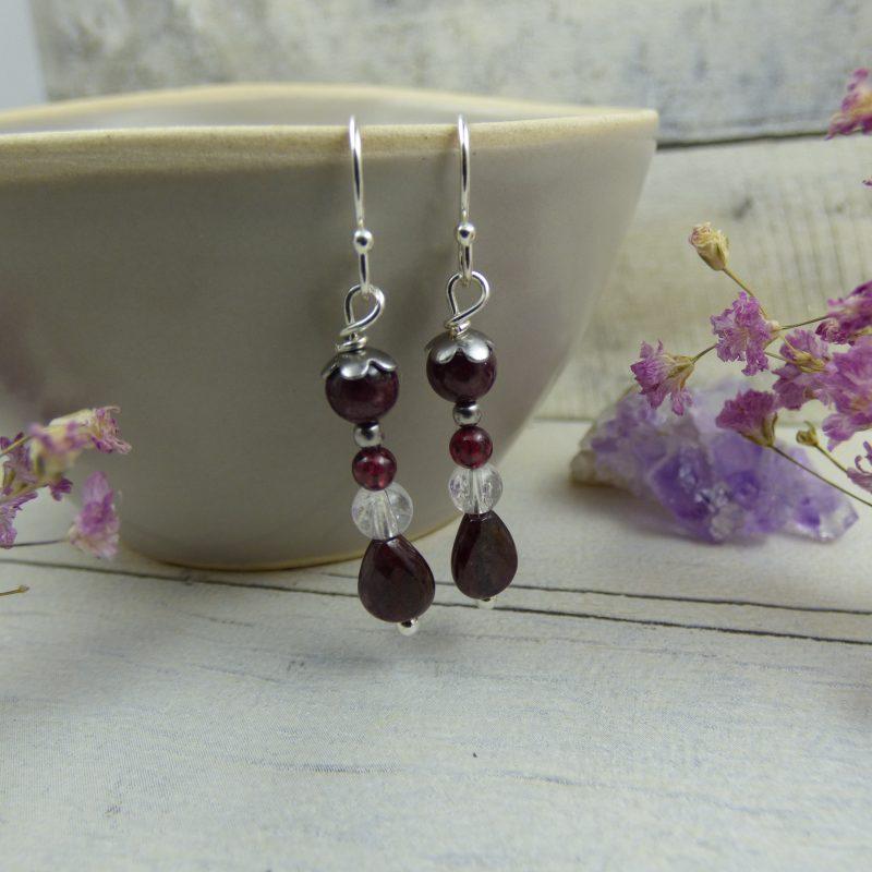 Boucles d'oreilles en perles de grenat et cristal de roche craquelé