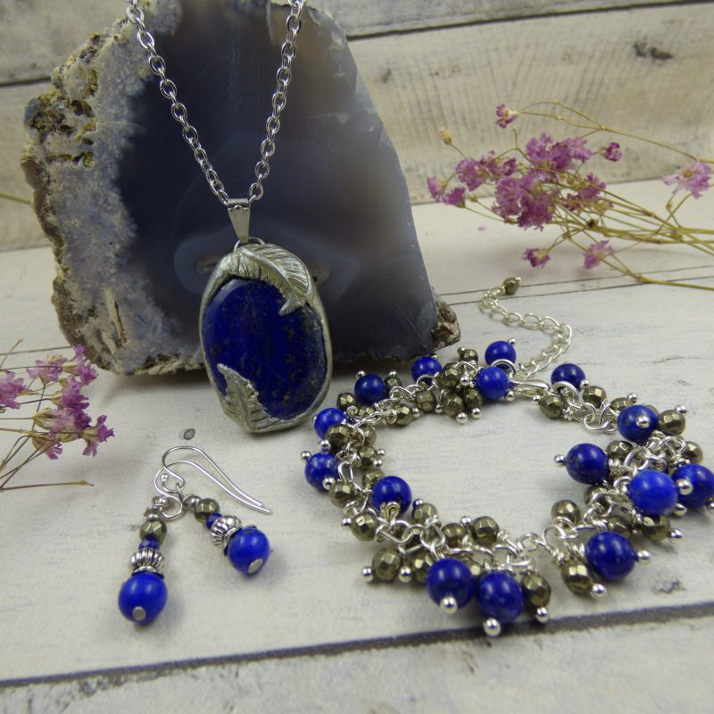 PARURE en pierre de lapis lazuli, pendentif en argile polymère, bracelet et boucles d'oreilles en lapis lazuli et pyrite