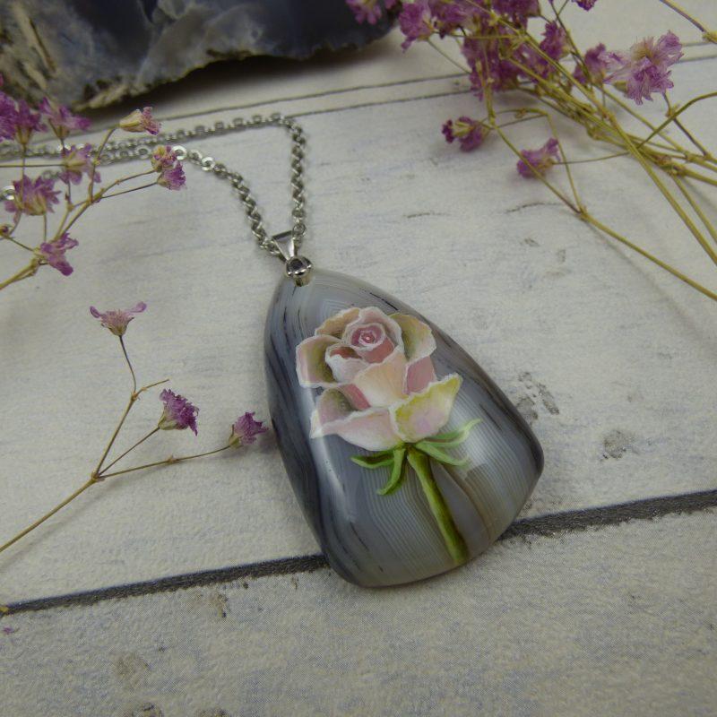Pendentif unique avec délicate rose peinte à la main sur une pierre