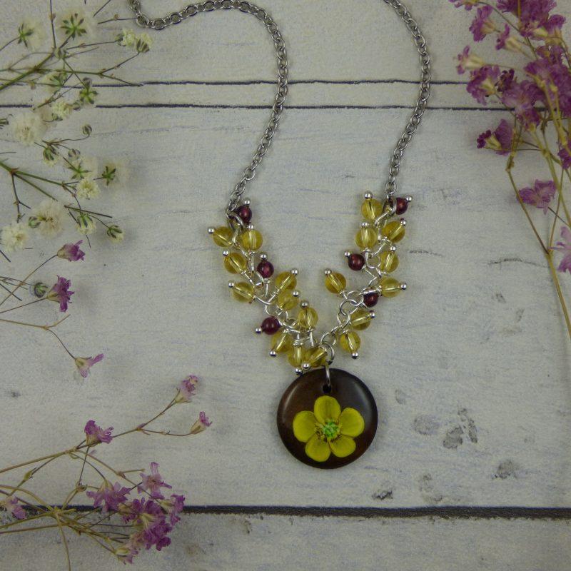 médaillon en bois avec bouton d'or peint à la main, pendentif unique