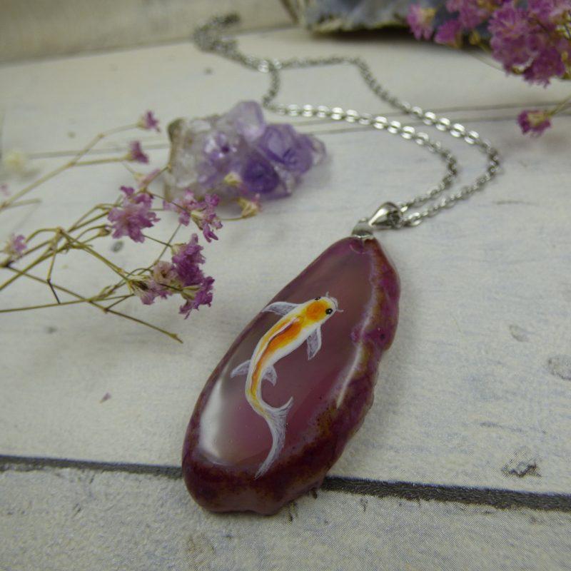 Pendentif avec une carpe koi peinte sur agate silice, bijoux unique artisanal