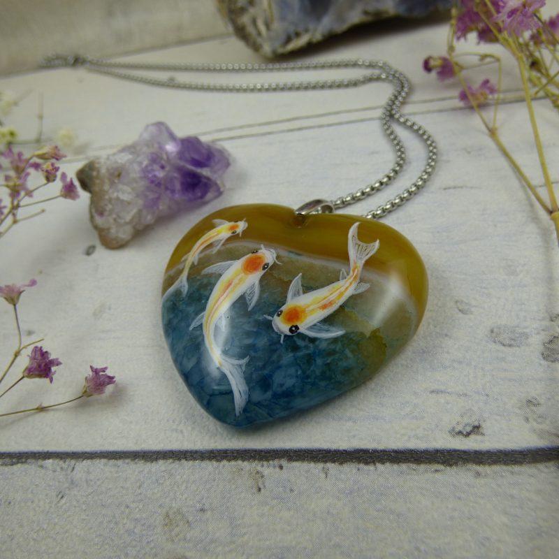 Pendentif avec des carpes koi peinte sur agate silice, bijoux unique artisanal