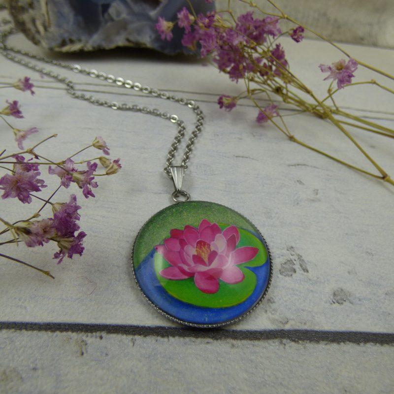 pendentif illustré par une fleur de lotus, photo d'une peinture